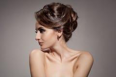 Красивая женщина брюнет. Стиль причёсок. стоковые изображения rf