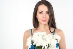 Красивая женщина брюнет с букетом белых хризантем Стоковое фото RF