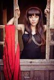 Красивая женщина брюнет с красным шарфом Стоковая Фотография