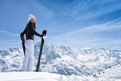 Красивая женщина брюнет с лыжей стоковое изображение rf