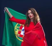 Красивая женщина брюнет с флагом Португалии Стоковые Изображения