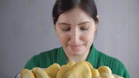 Красивая женщина вдыхает ароматность свеже испеченных пирогов видеоматериал