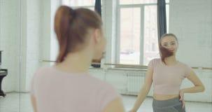 Красивая женщина восхищая ее зеркало появления у сток-видео