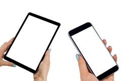 Красивая женщина вручает держать умные телефон и планшет с изолированным белым экраном Рабочее место дела с космосом экземпляра Стоковые Фотографии RF