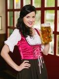 Красивая женщина выпивая пиво Oktoberfest Стоковая Фотография RF