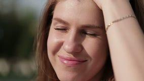 Красивая женщина выправляет ее волосы с его рукой сток-видео