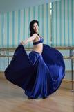 Красивая женщина в арабских танцах костюма в танце движения, oriental или живота Стоковые Изображения RF