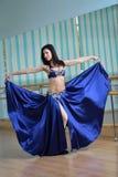 Красивая женщина в арабских танцах костюма в танце движения, oriental или живота Стоковое Фото