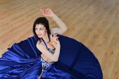 Красивая женщина в арабских танцах костюма в танце движения, oriental или живота, всходе от высокого угла Стоковое фото RF