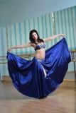 Красивая женщина в арабских танцах костюма в танце движения, oriental или живота Стоковое Изображение RF