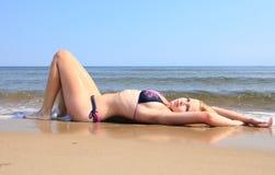 Красивая женщина в бикини загорая взморье Стоковая Фотография RF