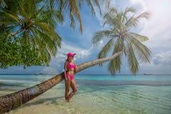 Красивая женщина в бикини на острове рая Праздник пляжа Стоковые Изображения RF