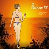 Красивая женщина в бикини представляя на пляже Стоковая Фотография