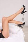 Красивая женщина в ботинках с наручниками Стоковое Фото