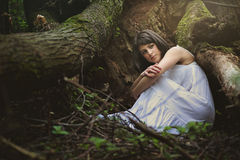 Красивая женщина в вашгерде матушка-природы стоковые изображения rf