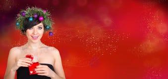 Красивая женщина в венке ветвей рождественской елки и новый Стоковые Фотографии RF