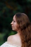 Красивая женщина в винтажном беже платья Милый портрет девушки в длинном платье идя в сосновый лес стиль ферзя Стоковые Изображения