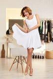 Красивая женщина в выравнивать короткое сексуальное платье для партии Стоковые Фото