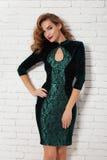 Красивая женщина в выравнивать короткое сексуальное платье для партии Стоковое фото RF