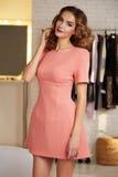 Красивая женщина в выравнивать короткое сексуальное платье для партии Стоковое Изображение
