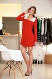 Красивая женщина в выравнивать короткое сексуальное платье для партии Стоковые Фотографии RF