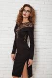 Красивая женщина в выравнивать короткое сексуальное платье для партии Стоковая Фотография RF