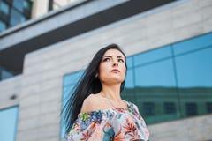Красивая женщина в городе Стоковое Изображение RF