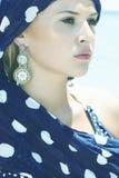Красивая женщина в голубом шарфе на beach.arabic Стоковые Фотографии RF