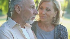 Красивая женщина в его 60s нежно целуя выбытого мужчины, счастливой постаретой пары акции видеоматериалы