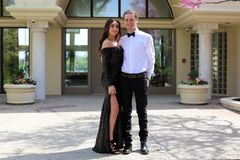 Красивая женщина в заднем платье выпускного вечера и красивый парень в костюме, сексуальный подросток готовый на роскошная ноча стоковые изображения