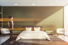 Красивая женщина в зеленом интерьере спальни стоковые изображения rf