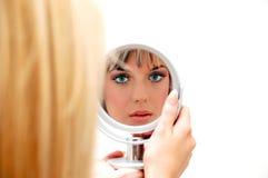 Красивая женщина в зеркале Стоковые Фотографии RF