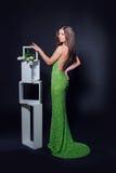 Красивая женщина в зеленом платье вечера на черной предпосылке стоковое фото rf