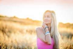 Красивая женщина в золотом поле 4 сена Стоковое Изображение RF