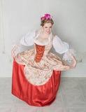 Красивая женщина в историческом средневековом платье делая реверанс Стоковое фото RF
