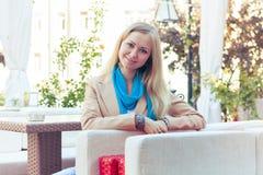 Красивая женщина в кафе лета Стоковая Фотография RF
