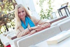 Красивая женщина в кафе лета Стоковые Фото