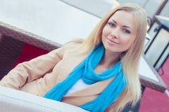 Красивая женщина в кафе лета Стоковое Фото