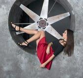 Красивая женщина в коротком платье около конструкции металла Стоковая Фотография