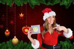 Красивая женщина в костюме santa держа подарки рождества Стоковое Изображение