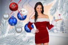 Красивая женщина в костюме santa держа подарок рождества Стоковое Изображение RF