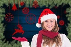 Красивая женщина в костюме santa показывать против цифров произведенной предпосылки Стоковые Фото