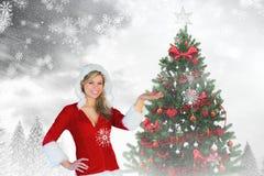 Красивая женщина в костюме santa показывать против цифров произведенной предпосылки Стоковое Изображение