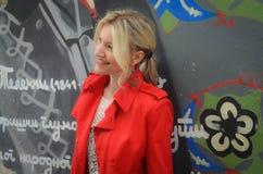 Красивая женщина в красной куртке Стоковое фото RF