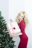 Красивая женщина в красном платье с много подарочных коробок Стоковое Фото