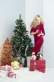 Красивая женщина в красном платье с много подарочных коробок Стоковая Фотография RF