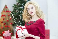 Красивая женщина в красном платье с много подарочных коробок Стоковое Изображение RF