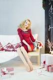 Красивая женщина в красном платье с много подарочных коробок Стоковые Фотографии RF