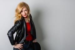 Красивая женщина в куртке с черной шляпой Стоковое Изображение RF
