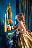 Красивая женщина в мантии шарика Стоковое Фото